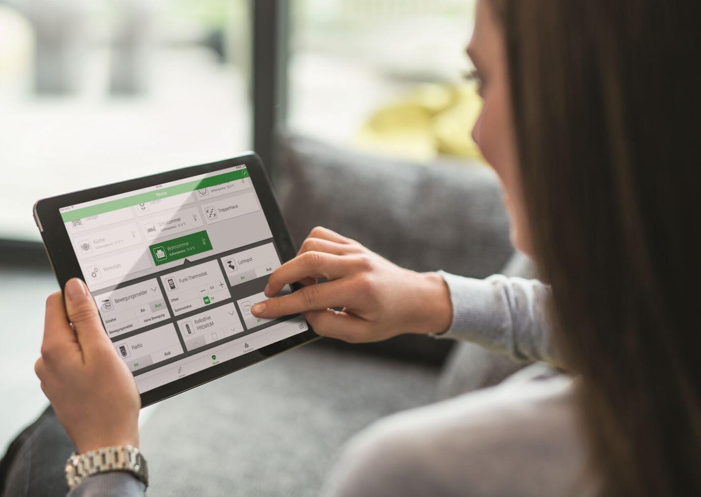 smart-home-smart-friends-frau-mit-tablet.jpg